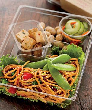 Platillo vegetariano para la comida en Starbucks. Sesame noodles bistro box.